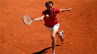 Le Russe Daniil Medvedev n'a rien pu faire face au Chilien Cristian Garin, en huitièmes de finale du Masters 1000 de Madrid, jeudi 6 mai 2021. (GABRIEL BOUYS / AFP)
