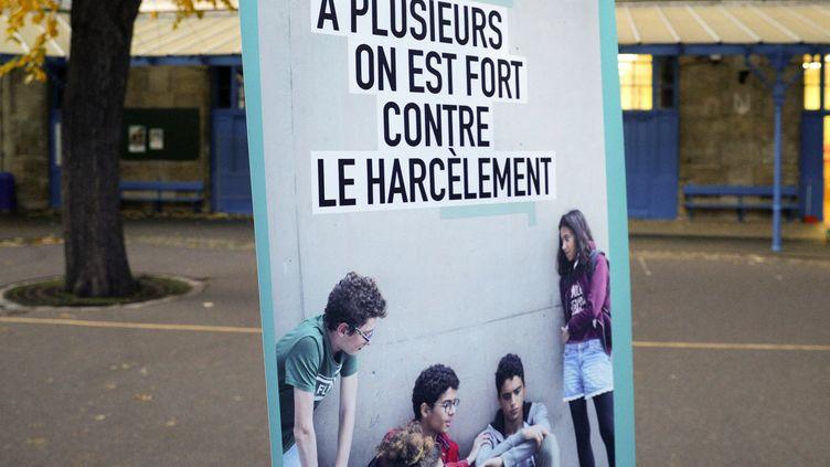 Une affiche de prévention contre le harcèlement scolaire dans la cour d'une école de Paris, le 7 novembre 2019. (GEOFFROY VAN DER HASSELT / AFP)