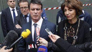 Manuel Valls et Marisol Touraine, le 15 juin 2016, devant l'hôpital Neckerdont les vitres ont été briséeslorsd'une manifestation contre la loi Travail. (FRANCOIS GUILLOT / AFP)