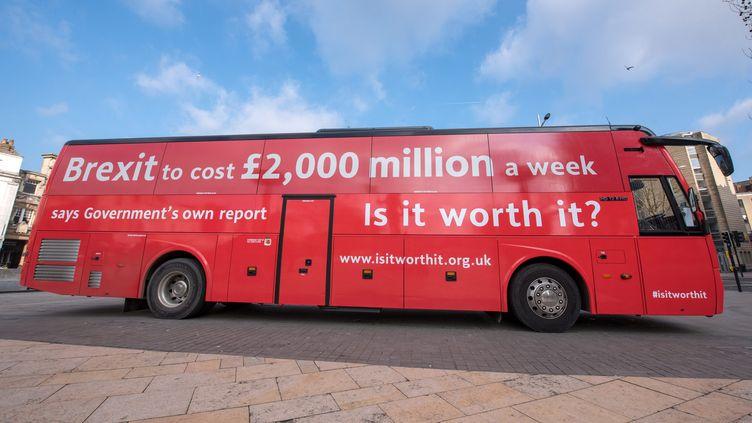 Le bus rouge affrété par une association anti-Brexit a fait étape à Bristol (Royaume-Uni), le 22 février 2018. (MAXPPP)