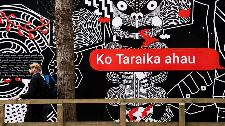 Une inscription en maori dans une rue de Wellington. La langue indigène de Nouvelle-Zélande connait une popularité remarquable ces dernières années.  (Marty Melville / AFP)