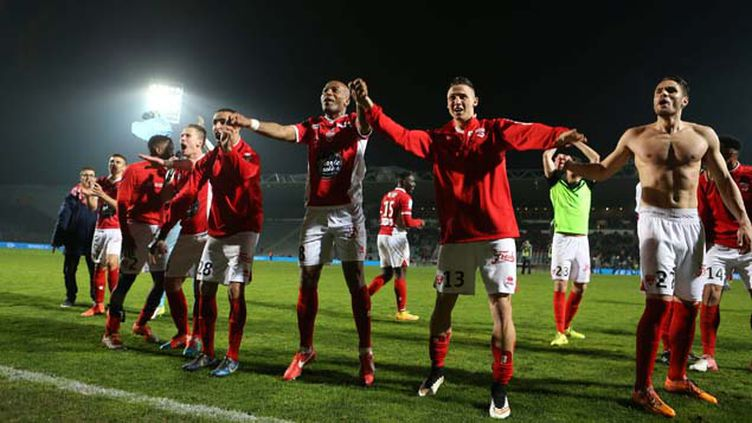 (Les joueurs du Nîmes Olympique repartiront en Ligue 2 la saison prochaine avec huit points de pénalité © MaxPPP)