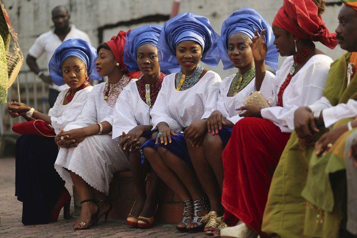 """Descomédiennes, en habit traditionnel yoruba (l'un des principaux groupes ethniques du Nigeria), sur le tournage de """"Dazzling Mirage"""" réalisé par Tunde Kelani, à Lagos, le9 décembre 2013. (AKINTUNDE AKINLEYE / X02000)"""