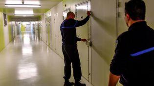 Des surveillants pénitentiaire à la prison de Vendin-Le-Vieil (Pas-de-Calais). (PHILIPPE HUGUEN / AFP)