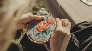 Kit de broderie Flower Power (Studio Cégé) de de la marque Make Me Stitch. 2020 (Cocoegia.)