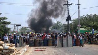 Des manifestants en Birmanie, le 15 mars 2021. (STRINGER / ANADOLU AGENCY / AFP)