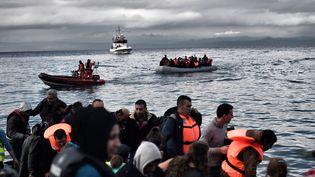 Un bateau de migrants en Méditerranée au large des côtes grecques de Lesbos. Image d'illustration. (ARIS MESSINIS / AFP)