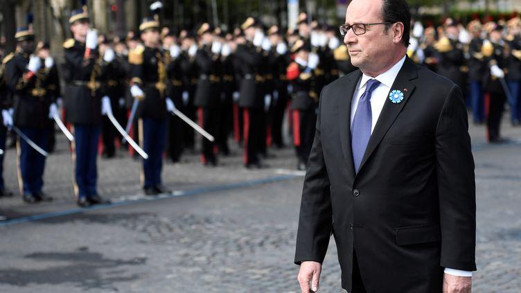 François Hollande lors des commémorations de la victoire de 1945, le 8 mai 2017, sur la place de l'Etoile à Paris. (STEPHANE DE SAKUTIN / AFP)