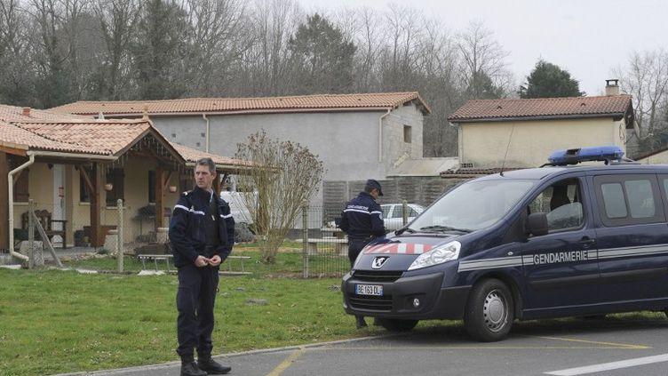 Des policiers postés devant une maison de Louchats(Gironde), où 5 cinq corps de bébés ont été retrouvés, vendredi 20 mars 2015. (MEHDI FEDOUACH / AFP)