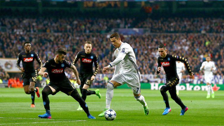 Cristiano Ronaldo entouré de Napolitains au match aller. (KIERAN MCMANUS / BACKPAGE IMAGES LTD)