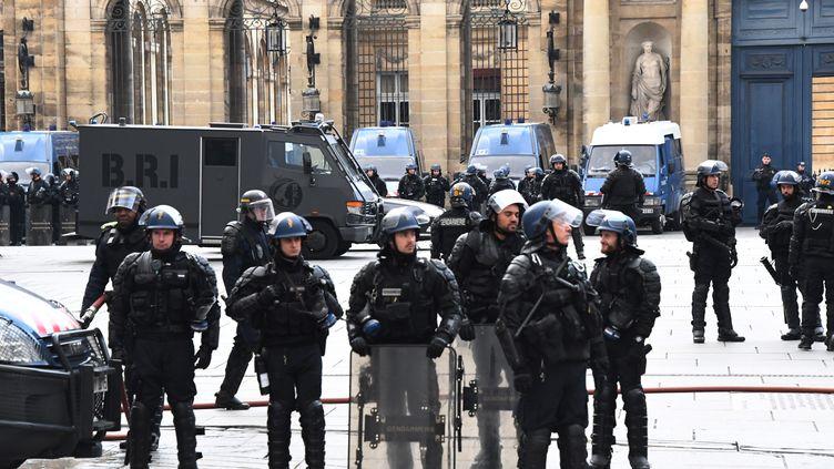 """Les gendarmes devant la mairie de Bordeaux (Gironde) lors d'une manifestation de """"gilets jaunes"""", le 12janvier 2019. (MEHDI FEDOUACH / AFP)"""