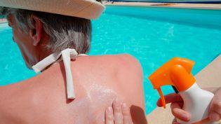 La protection solaire est indispensable pour la peau mais néfaste pour l'environnement. (THOMAS JOUHANNAUD / MAXPPP)