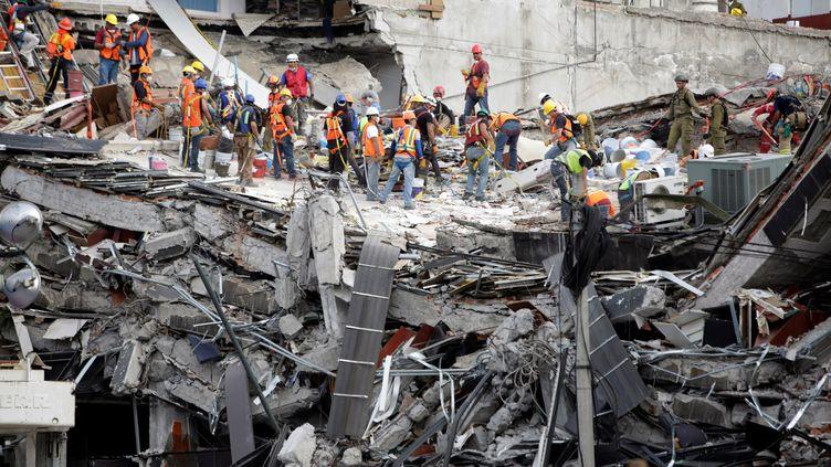 Une opération de sauvetage à Mexico, le 23 septembre 2017, après le séisme qui a secoué la capitale mexicaine, le 19 septembre. (JOSE LUIS GONZALEZ / X03746)