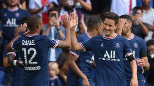Le milieu de terrain Ander Herrera célèbre son deuxième but avec ses coéquipiers du PSG contre Clermont, samedi 11 septembre 2021. (FRANCK FIFE / AFP)