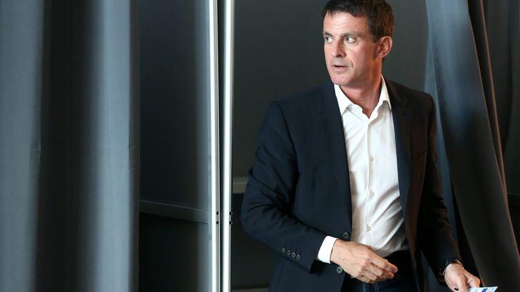 Manuel Valls dans son bureau de vote d'Evry (Essonne), au premier tour des élections législatives, le 11 juin 2017. (MAXPPP)