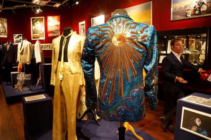 Au premier plan, la veste réalisée parYves Saint Laurent pour Johnny Hallyday. (CHARLES PLATIAU / REUTERS)
