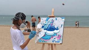 Bea Toa peint sur la plage du bassin d'Arcachon  (France 3 / Culturebox )