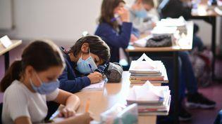 Des écoliers avec leurs masques. Photo d'illustration. (MARTIN BUREAU / AFP)
