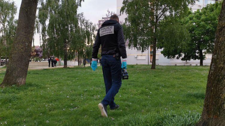 Un policier sur les lieux où a eu lieu la rixe entre jeunes, le 14 mai 2021. (G?RALD MORUZZI / MAXPPP)