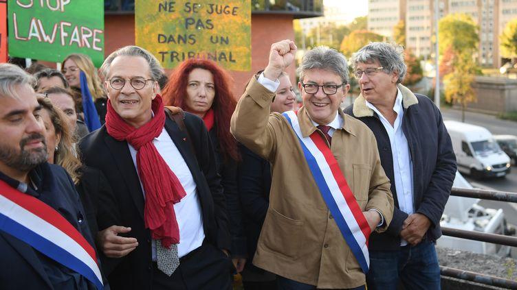 Jean-Luc Mélenchon, leader de la France insoumise, entourés de ces soutiens, le 19 septembre 2019 à Bobigny (Seine-Saint-Denis). (CHRISTOPHE ARCHAMBAULT / AFP)