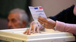 Bureau de vote dans le 13e arrondissement de Marseille (Bouches-du-Rhône), le 6 décembre 2015. (MAXPPP)