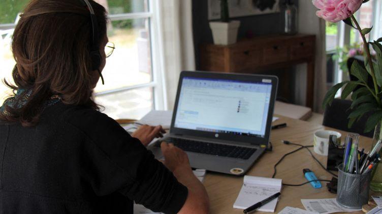 Une femmepoursuit le télétravail à son domicile après le confinement (photo d'illustration). (CLAIRE LEYS / RADIOFRANCE)