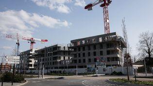 Un chantier déserté à Saint-Herblain (Loire-Atlantique), lors du confinement imposé par l'épidémie de coronavirus, le 19 mars 2020. (SAMUEL HENSE / HANS LUCAS / AFP)