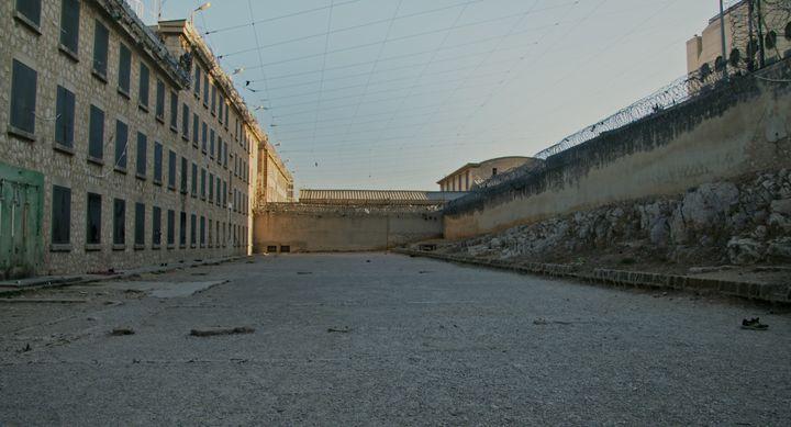 La promenade de l'ancienne prison des Baumettes à Marseille. (Unité de production)