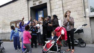 Des parents d'élèves protestent contre la réforme des rythmes scolaires, devant une école à Aubervilliers, le 4 octobre 2013. (THOMAS SAMSON / AFP)