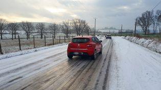 Des voitures sur une route dans le département du Rhône, le 1er mars 2018. (MAXPPP)