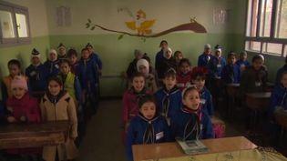 Retour à l'école pour les enfants syriens les plus chanceux. Certains ne peuvent toujours pas reprendre les cours.C'est une lente remise en marche qui s'opère. (FRANCE 2)