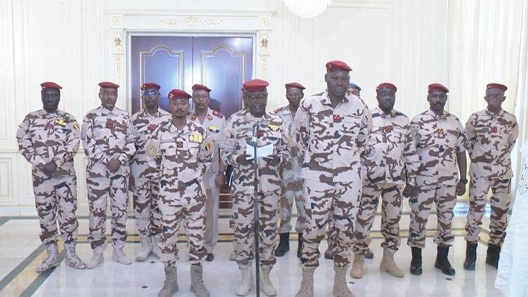 C'est Mahamat Idriss Déby (premier rang à gauche), l'un des fils du président tchadien Idris Déby qui a perdu la vie mardi 20 avril, qui va présider le Conseil militaire de Transition pour une durée de 18 mois. (CHADIAN PRESIDENCY / HANDOUT / ANADOLU AGENCY)