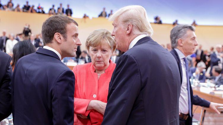 Le président français, Emmanuel Macron, la chancelière allemande, Angela Merkel et le président américain, Donald Trump, lors du sommet du G20 à Hambourg, le 7 juillet 2017. (KAY NIETFELD / DPA)