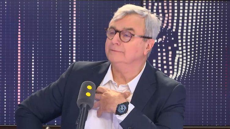 Le journaliste Hervé Brusini, co-auteur d'undocumentaire sur la naissance du 20 heures, sur le plateau de franceinfo jeudi 13 juin. (FRANCEINFO)