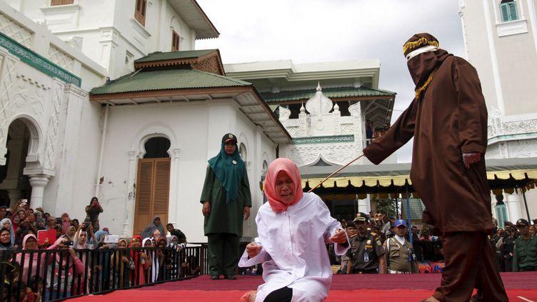 Devant une centaine de ses camarades d'université, munies de caméras et d'appareils photo, et priées de retenir la leçon, Nur Elita, étudiante indonésienne, hurle sous les coups de bâton de son bourreau. Ses cris s'entendent à l'extérieur de l'enceinte. Au cinquième impact sur les épaules, la jeune femme s'évanouit et est transportée à l'hôpital. Quelques instants plus tard, son ami subit le même sort. La loi islamique, appliquée dans la région autonome d'Aceh, interdit à une femme et à un homme non mariés de «s'approcher trop près l'un de l'autre». Le reste de l'Indonésie, le plus grand pays musulman du monde, pratique un islam modéré. (REUTERS)