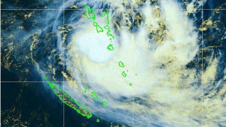 Vue satellite de la zone de passage de la tempête Cook sur la Nouvelle-Calédonie, le dimanche 9 avril 2017, à 11 heures. (NC 1ERE / MÉTÉO FRANCE)
