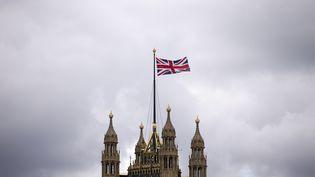 Le drapeau du Royaume-Uni sur le bâtiment du Parlement britannique à Londres, le 26 septembre 2014. (JUSTIN TALLIS / AFP)