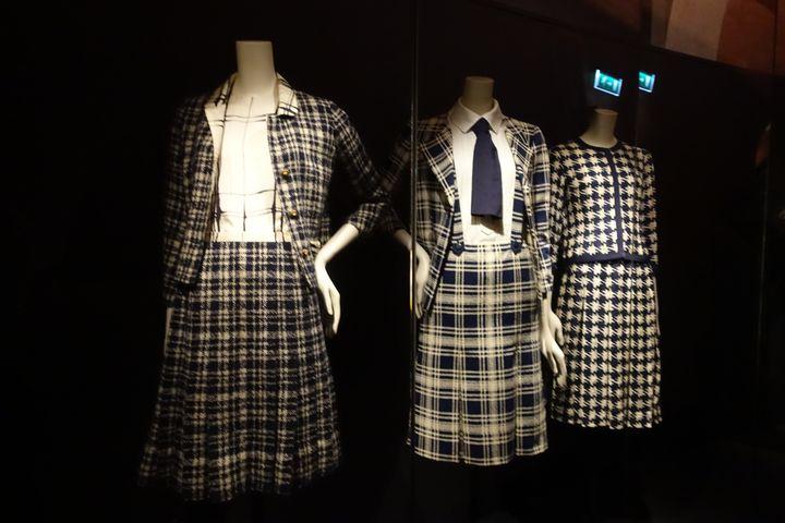 """Exposition""""Gabrielle Chanel. Manifeste de mode""""au Palais Galliera : le mythique tailleur en tweed marine et blanc (CORINNE JEAMMET)"""