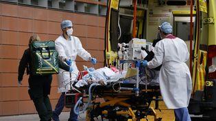 Un patient arrivé par ambulance à l'hôpital royal de Londres, le 19 janvier 2021. (TOLGA AKMEN / AFP)
