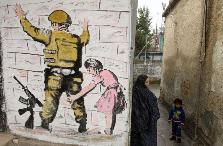 Une oeuvre de Banksy peinte sur un mur àBethléem (Cisjordanie), le 11 février 2016. (HAZEM BADER / AFP)