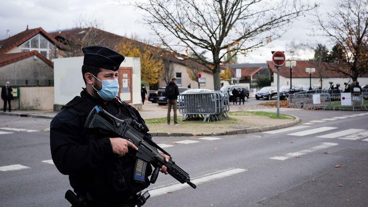 Le dispositif de sécurité devant le collège du Bois d'Aulne à Conflans-Sainte-Honorine (Yvelines), où enseignait Samuel Paty, lors d'une visite du ministre de l'Education nationale le 2 novembre 2020. (MARIE MAGNIN / HANS LUCAS / AFP)