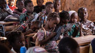 Une salle de classe sous une paillote récemment mise en place pour faire face à l'arrivée croissante d'enfants déplacés, dans la banlieue de Kaya, au centre-nord du Burkina Faso, en novembre 2020. (OLYMPIA DE MAISMONT / AFP)