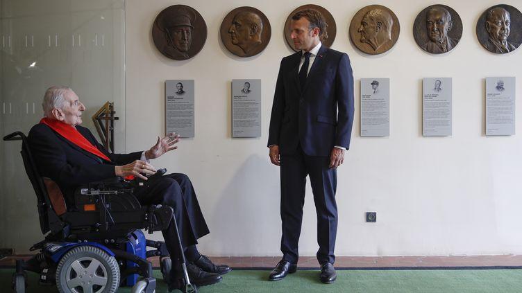 Le président Emmanuel Macron (à droite) s'entretient avec Hubert Germain (à gauche) lors de la visite du musée de l'Ordre de la Libération, le 18 juin 2020. (YOAN VALAT / POOL / EPA POOL)