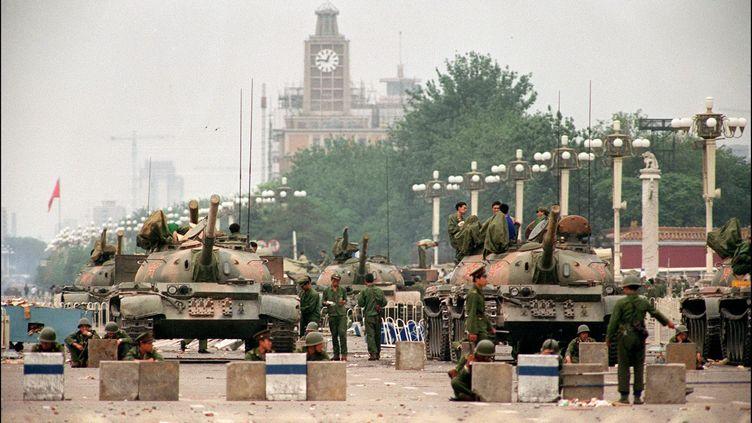 Des soldats chinois barrent l'accès à la place Tiananmen de Pékin (Chine), le 6 juin 1989. (MANUEL CENETA / AFP)