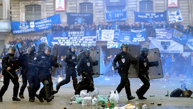 Les CRS au travail face aux supporters d'Everton (FRANCOIS LO PRESTI / AFP)