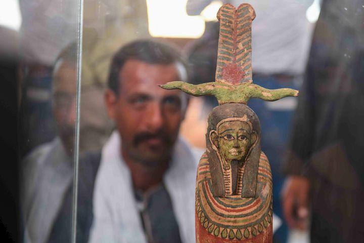 L'une des nombreuses statues mises au jour avec la centaine de sarcophages, exposée le 14 novembre 2020dans la nécropole de Saqqara (AHMED HASAN / AFP)