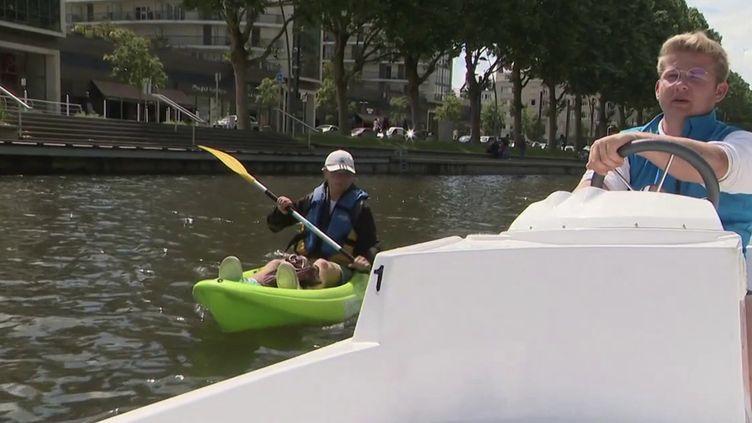 À Caen (Calvados), un loueur de pédalos et autres bateaux électriques met gratuitement à disposition deux petits kayaks verts, à condition de nettoyer le fleuve de l'Orne pendant les balades. (CAPTURE ECRAN FRANCE 3)