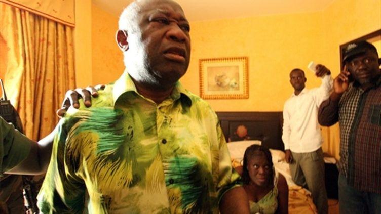 Laurent et Simone Gbagbo, à l'hôtel du Golf, après leur arrestation, le 11 avril 2011 à Abidjan. (AFP PHOTO / STR)