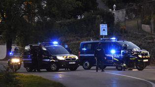 Un convoi de policiers àPont-de-Beauvoisin(Isère), pendant la reconstitution de la nuit du meurtre de la petite Maëlys, le 24 septembre 2018. (JEAN-PHILIPPE KSIAZEK / AFP)