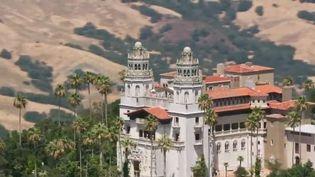 Zoom sur l'un des joyaux des États-Unis : la Pacific Coast Highway. Cette route qui relie Los Angeles à San Franciscoabrite un château de la démesure. (FRANCE 2)